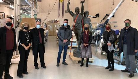 Les autoritats davant de l'estàtua al centre de restauració a Valldoreix.