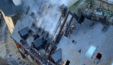 Foc en una xemeneia en una casa de Lles de Cerdanya.