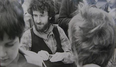 literatura infantil. Barceló signant llibres en una parada de Sant Jordi a finals dels anys setanta.