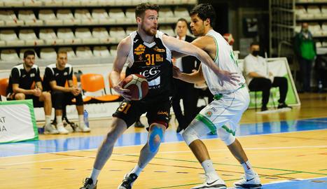 El debutant Jordan Blount supera Duje Dukan.