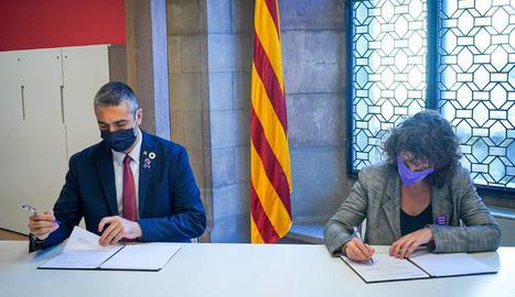 El conseller Solé i la consellera Jordà, signant l'acord