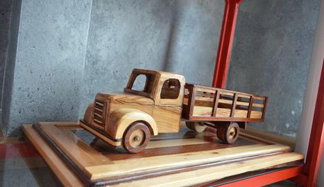 El Fernando treballa a partir de fusta d'olivera. La talla a làmines i recrea les peces que li calen per elaborar els vehicles