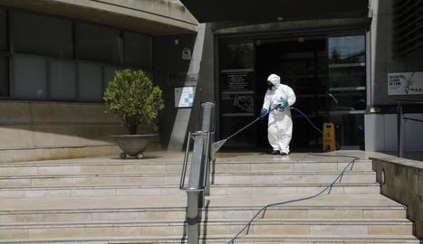 Imatge del mes d'abril passat, quan es desinfectaven de manera periòdica els hospitals.