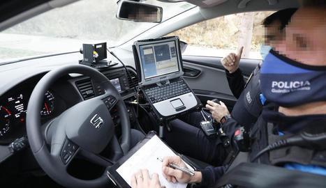 Dos agents dins del cotxe radar en un control.