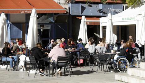 Clients a la terrassa d'un bar a Lleida ciutat el cap de setmana passat.