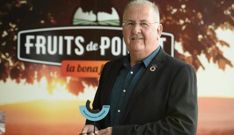 El president de Fruits de Ponent, Sebastià Escarp, amb el premi.