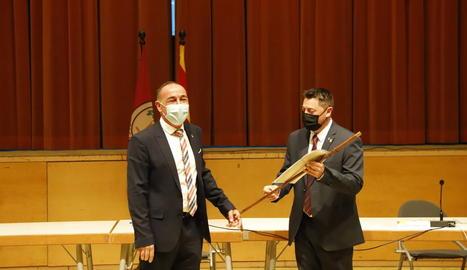 Moment en què Ezquerra cedeix la vara d'alcalde a Jordi Janés, que serà alcalde fins al juny del 2023.