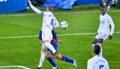 Sergio Ramos toca la pilota amb el braç durant el partit de diumenge c ontra l'Eibar.