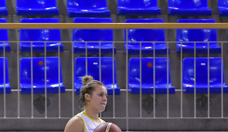 La urgellenca Ariadna Pujol intenta superar Laura Quevedo,      jugadora de l'Araski.