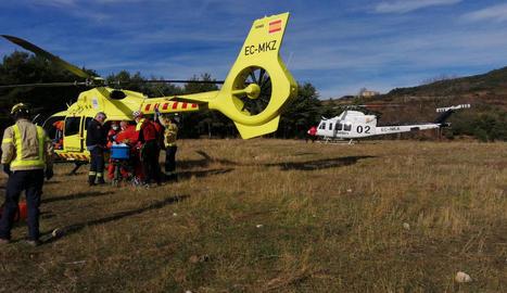 Moment del trasllat del ferit a l'helicòpter medicalitzat.