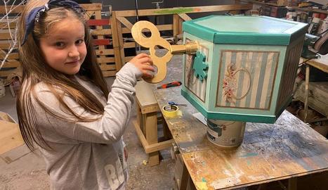La Bet i el seu pare construeixen els elements del decorat.