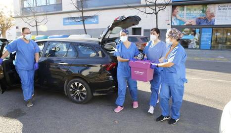 Imatges del procés per traslladar les vacunes des del centre d'emmagatzemament a la residència Balàfia 2 de Lleida ciutat.