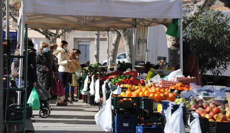 Linyola recupera el seu mercat - Linyola va recuperar dijous, amb menys parades de l'habitual, el mercat setmanal. Va ser el primer després d'haver-lo suspès per l'augment de contagis al municipi. El consistori va constatar que el nombre di ...