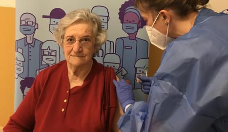 La Pilar Martínez, de 77 anys, ha estat la primera usuària vacunada aquest dijous a la residència geriàtrica Sant Hospital de Tremp.