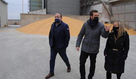 Fernández i Casado, amb la candidata per Lleida, Marisa Xandri, en la seua visita a Aleca a Gimenells.