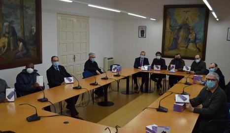 Entrega de les tauletes electròniques per part de la Fundació La Caixa al bisbat de Lleida, ahir.