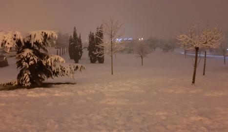 Una imatge del Parc de l'Aigua de Lleida nevat.