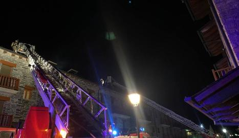 Les flames van afectar la teulada del bloc d'habitatges.