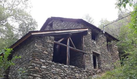 L'antic edifici que acollia el molí, la serradora i la central.