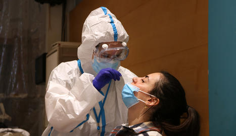 Una ciutadana se sotmet a una prova PCR
