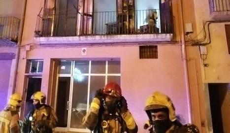 El foc ha cremat totalment la primera planta d'un edifici de la plaça Sant Salvador de Balaguer.