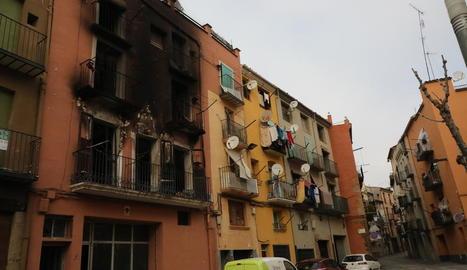 Estat en el qual va quedar l'immoble després de l'incendi, que es va produir de matinada.