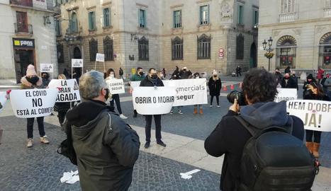 Un moment de la concentració d'aquest dimecres a la plaça Sant Jaume.