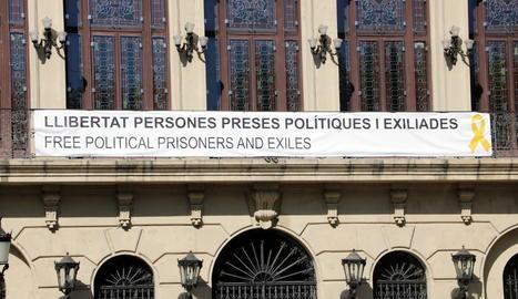 Imatge d'arxiu de la pancarta de suport als polítics independentistes empresonats i als exiliats que penja a la façana de la Paeria.