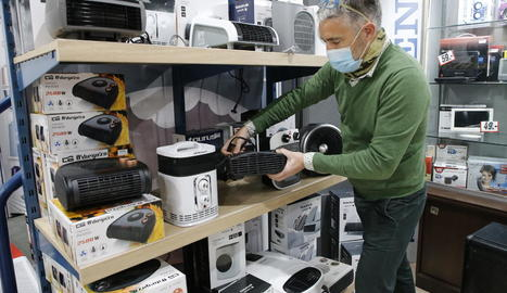 Part de la secció d'aparells d'aire calent en una botiga d'electrodomèstics de Lleida.