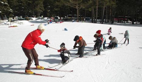 Imatge d'arxiu d'una de les sessions d'esquí per a alumnes del Pirineu.