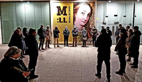 Concentració de protesta ahir de la Plataforma d'Entitats Culturals davant del Museu de Lleida.