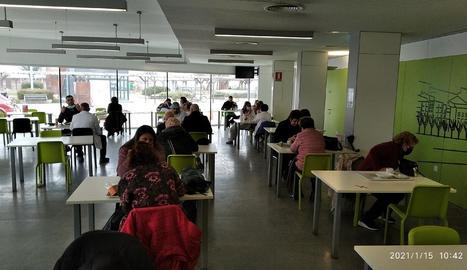 Imatge de l'interior de la cafeteria de l'Arnau.