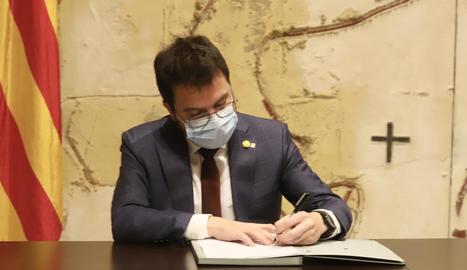 Pere Aragonès en el moment de firmar el decret que deixa sense efecte la convocatòria de les eleccions del 14 de febrer.