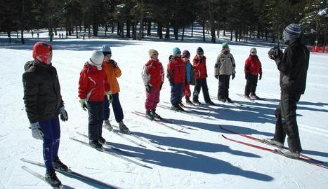 Imatge d'arxiu d'una de les classes d'esquí als alumnes del Pirineu del programa Esport Blanc.