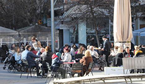 Les terrasses dels bars i restaurants s'omplen amb el bon temps
