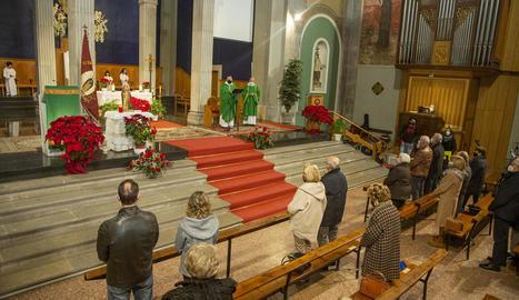 La missa a l'església de Santa Maria de l'Alba de Tàrrega.