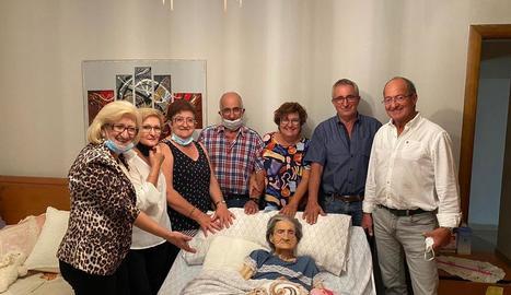 Simona Ojer i els seus set fills, durant una visita l'estiu de l'any passat.
