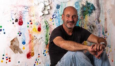 L'artista de Ponts Joanpere Massana, amb una de les seues obres.