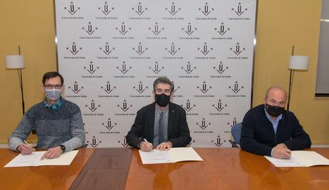 A la signatura del contracte han participat el president de la FCAC, Ramon Sarroca; el rector de la UdL, Jaume Puy, i el professor del departament de Matemàtica de la UdL Lluís Miquel Pla.