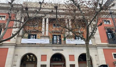 La lona blanca que cobreix la pancarta en suport als presos independentistes al balcó de la Diputació de Lleida.