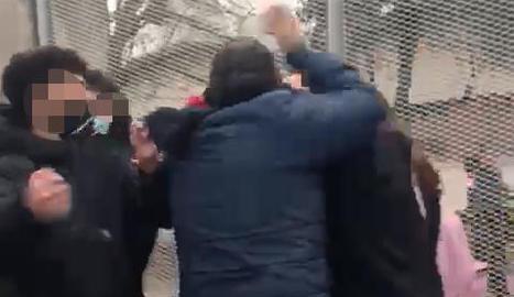 Moment de l'aldarull i com un dels detinguts va perseguir els menors amb un objecte a la mà.