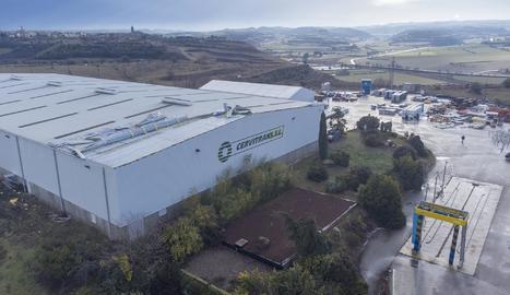 El vent arrasa la coberta de set empreses a Cervera