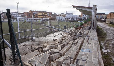 El vent s'ha endut 30 metres de paret del camp de futbol