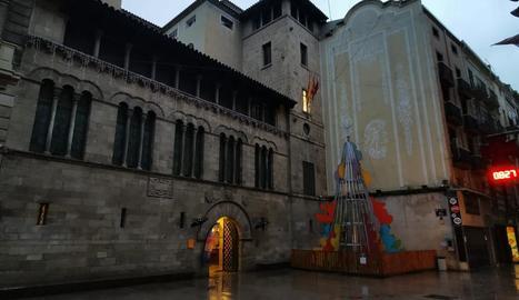 Paeria de Lleida - La Paeria va retirar la pancarta i el llaç a favor dels presos del procés a instàncies de la junta electoral, que ha exigit treure-les també a Alcarràs, Almatret, Torrefarrera i altres municipis lleidatans fins després de l ...