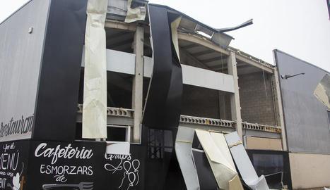 El vent va arrancar part de la façana metàl·lica d'una nau del polígon La Canaleta de Tàrrega.
