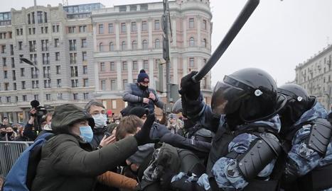 Manifestants enfilats en un fanal a Moscou, ahir.