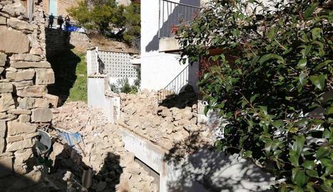 La caiguda d'un mur de pedra antic obliga a desallotjar dues finques a Tàrrega