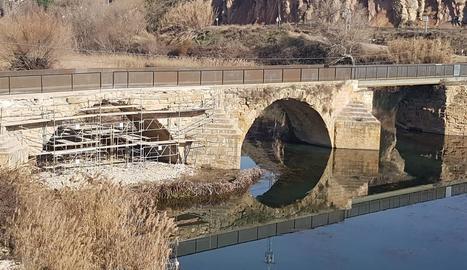 Les obres al segon arc del pont medieval.