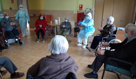 Activitats de grup amb els padrins a la residència d'ancians de Solsona.