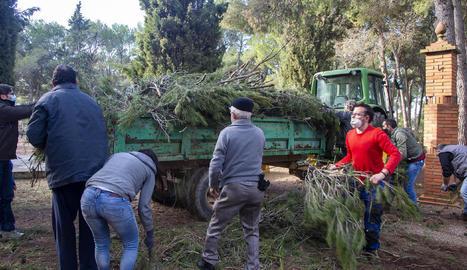 Els voluntaris que van participar en la neteja del parc.